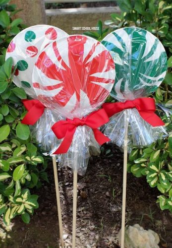 Paper Plate Lollipops - DIY Outdoor Christmas Decorations